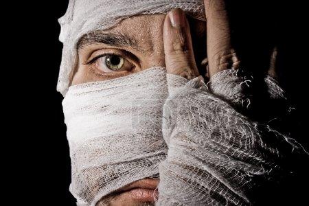 Photo pour Bandage, se lie, oeil, visage, mains, tête, homme, médical - image libre de droit