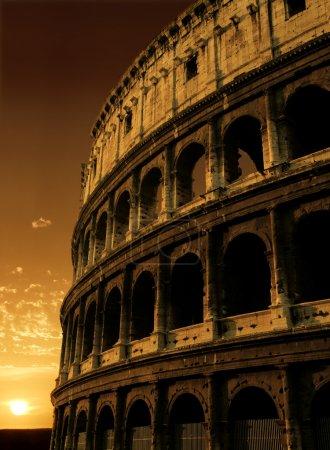 Photo pour Le Colisée à rome, Italie, au cours d'un lever de soleil. - image libre de droit