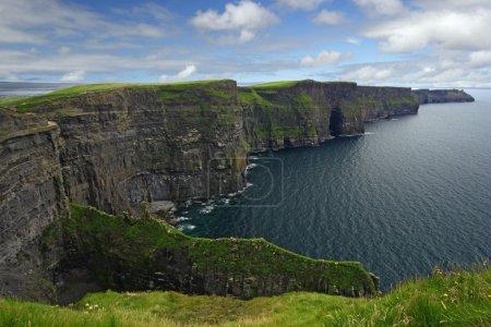 Photo pour Les falaises de Moher dans la république d'Irlande . - image libre de droit
