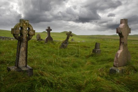 Photo pour Ancienne sépulture celte avec des pierres tombales de la 1600 au milieu d'une prairie en Écosse rurale. - image libre de droit