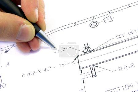 Technische Skizze mit Hand und Feder.