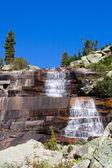 Berglandschaft. Wasserfall Mramorniy (Marmor). Sibirische Natur