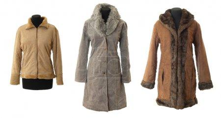 Photo pour Trois manteaux de fourrures femelles d'hiver. isolé sur fond blanc - image libre de droit