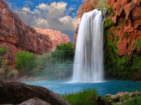 Foto de Una hermosa cascada fotografiada con una velocidad de obturación lenta para desenfocar el agua - Imagen libre de derechos