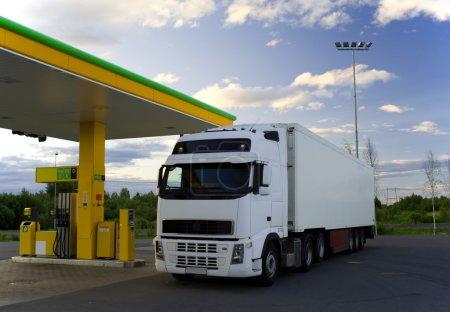 Photo pour Un camion blanc est dans une station-service. . - image libre de droit