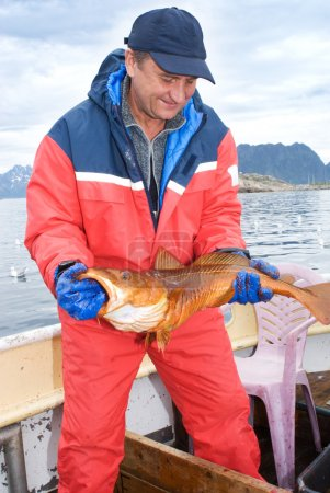 Photo pour Pêcheur avec gros poissons sur le bateau - image libre de droit