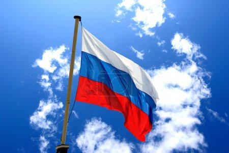 Photo pour Drapeau national de la Russie sur le fond de ciel bleu - image libre de droit