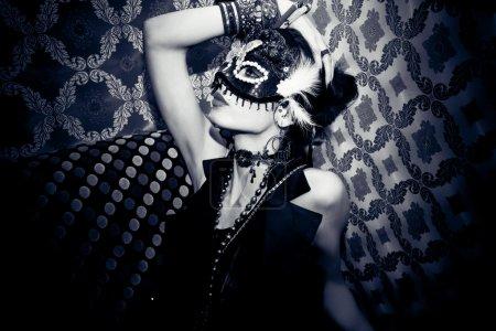 Photo pour Belle femme avec masque en boîte de nuit - image libre de droit