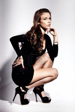 Photo pour Jeune femme de mode en talons hauts, plan studio - image libre de droit