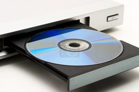 Foto de Unidad de disco en el reproductor de dvd sobre un fondo blanco. cortina ligera. - Imagen libre de derechos