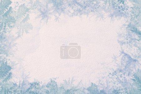 Photo pour Cadre d'hiver. Se compose de la texture de la neige au centre et les bords des modèles de glace. Couleurs fraîches et faible contraste . - image libre de droit