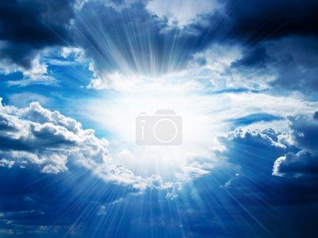 Photo pour Des rayons de soleil traversent les nuages sombres . - image libre de droit