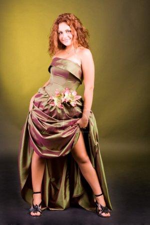 Photo pour Belle jeune fille vêtue d'une robe avec une bordure surélevée - image libre de droit