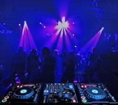 DJ mixer a v nočním klubu