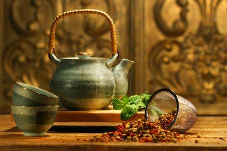 Photo pour Tisane asiatique sur une vieille table rustique - image libre de droit