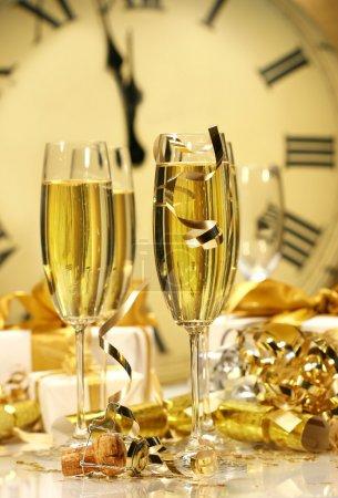 Photo pour Des coupes de champagne prêtes pour le Nouvel An - image libre de droit