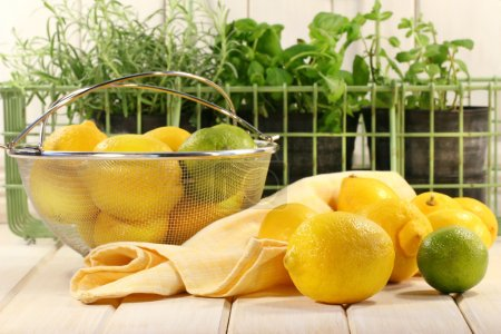 Photo pour Citrons et herbes sur la surface de comptoir de cuisine - image libre de droit