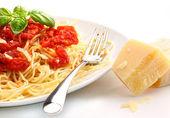 Spagettini nouilles avec la sauce tomate maison et basilic