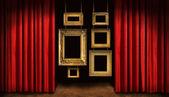 frames or avec rideaux rouge