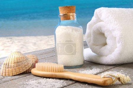 Photo pour Sel de mer, brosse avec la serviette à la plage - image libre de droit