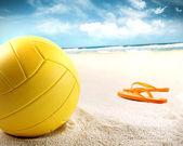 Volejbal v písku s sandály