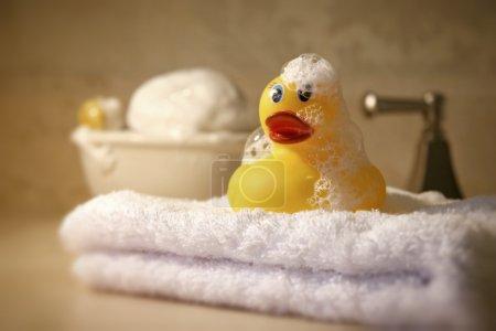 Photo pour Temps de bain avec savon et canard en caoutchouc - image libre de droit