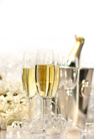Photo pour Lunettes de champagne pour une réception de mariage sur fond blanc - image libre de droit