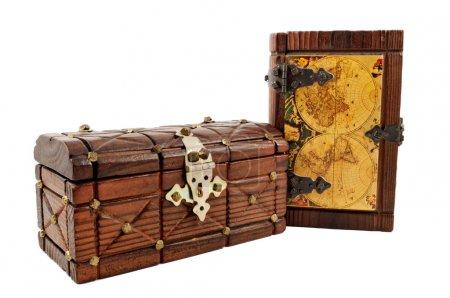 Photo pour Carte au Trésor en bois médiévales et une poitrine isoler sur blanc - image libre de droit