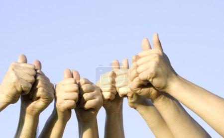 Photo pour Mains de sur sky bg (accent sur les mains, sélectives) - image libre de droit