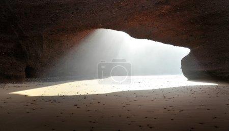 Photo pour Sous l'arche rocheuse au Maroc - image libre de droit