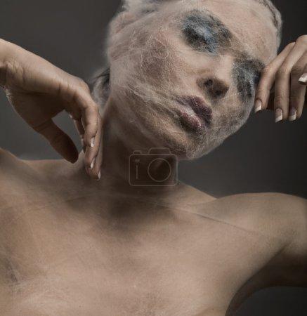 Photo pour Portrait d'art d'une jeune femme enveloppée de toiles d'araignée - image libre de droit