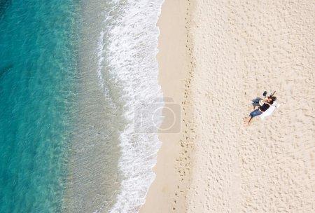 Photo pour Vue de deux couchés sur la plage tropicale, beaucoup de copyspace - image libre de droit