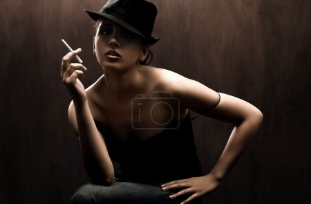 Photo pour Portrait d'art d'une belle dame avec cigarette - image libre de droit