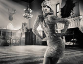 Krásná dáma pózuje v historických interiérů