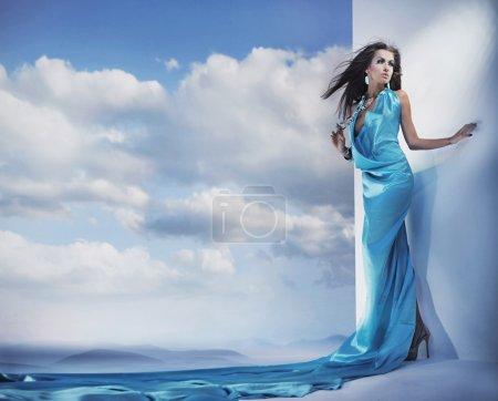 Photo pour Superbe beauté féminine vêtue d'une robe bleue - image libre de droit