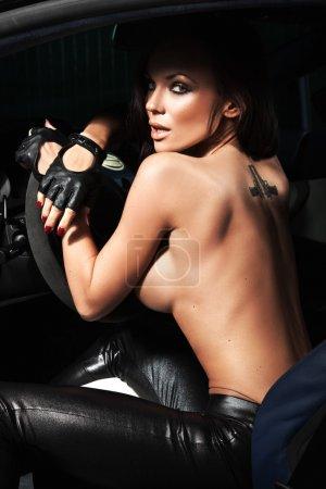 Photo pour Sexy femme assise dans une voiture de sport - image libre de droit
