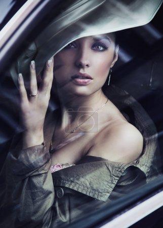 Photo pour Une jeune femme chique, portant chapeau à la mode - image libre de droit