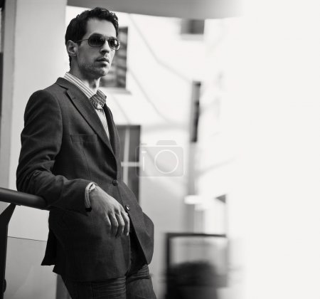 Photo pour Vogue style noir blanc photo d'un homme d'affaires beau - image libre de droit