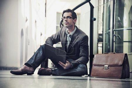 Photo pour Jeune homme d'affaires au repos - image libre de droit