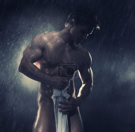 Photo pour Muscular man having shower - image libre de droit