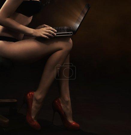 Photo pour Femme sensuelle avec ordinateur portable - image libre de droit