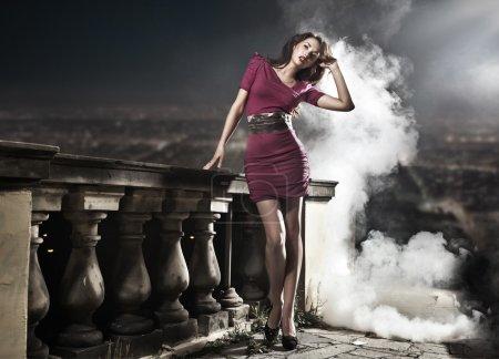 Photo pour Beauté brune dans les paysages de nuit - image libre de droit