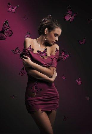 Photo pour Portrait d'une belle brune avec papillon - image libre de droit