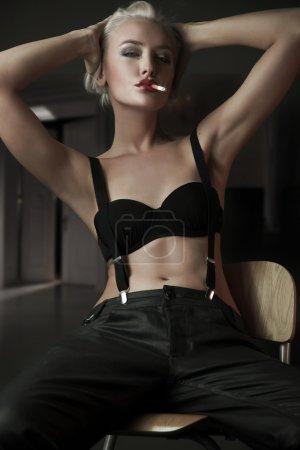 Photo pour À la mode jeune femme fume une cigarette - image libre de droit