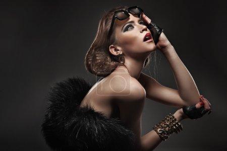 Photo pour Beauté femme portant des lunettes de soleil - image libre de droit