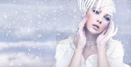 Photo pour Femme de beauté sur fond d'hiver - image libre de droit