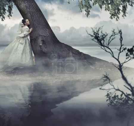 Photo pour Fine art photo d'une femme dans un paysage de beauté - image libre de droit
