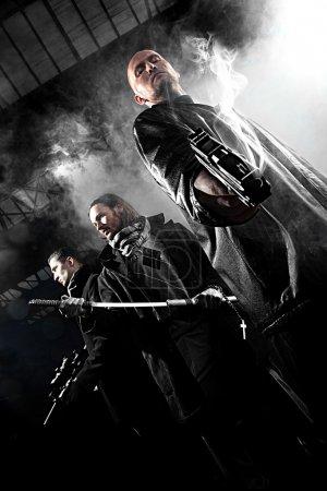 Photo pour Beaux hommes avec des armes - image libre de droit