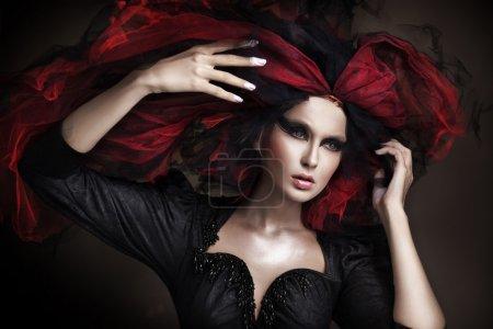 Photo pour Portrait de la belle fille avec un maquillage sombre et style étonnant - image libre de droit