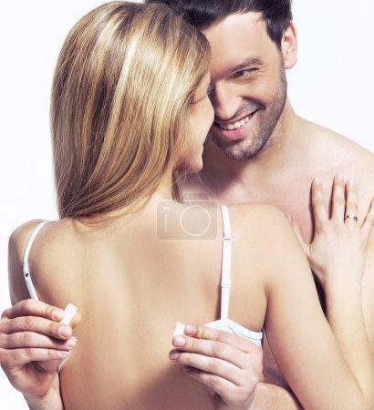 Foto de Hombre guapo está desabrochando el sujetador para la mujer - Imagen libre de derechos